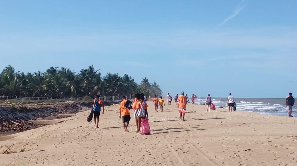 Mais de uma tonelada de lixo é retirada da praia Mar Moreno em Belmonte 1