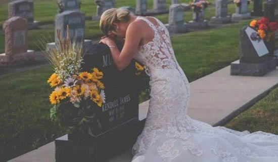 Mulher se casa em cemitério com noivo que morreu atropelado 1