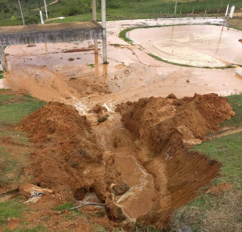 Rompimento de adutora deixa parte da cidade de Eunápolis sem água 1