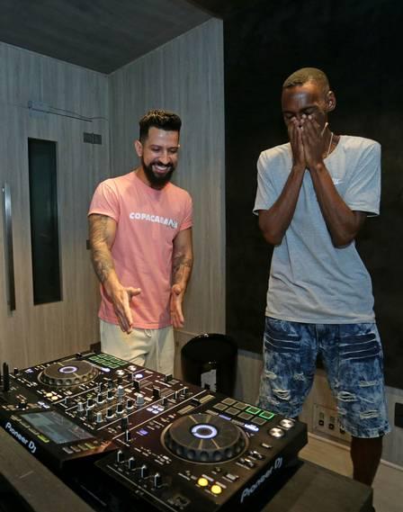 Leonardo Nascimento se emociona com presente de Dennis DJ Foto: Marcio Alves / Agência O Globo