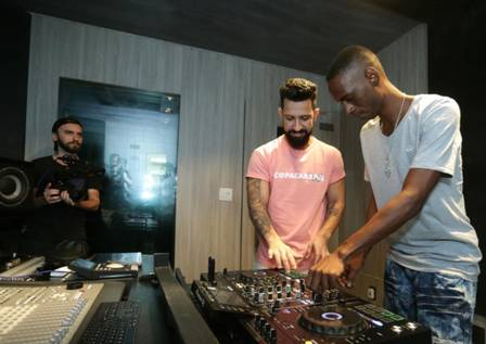 Dennis DJ e DJ Leo em ação Foto: Marcio Alve