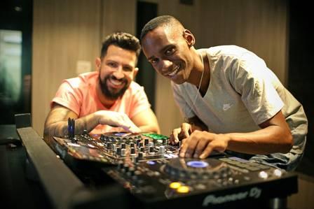 Dennis DJ e DJ Leo tocam em estúdio do Recreio Foto: Marcio Alves / Agência O Globo