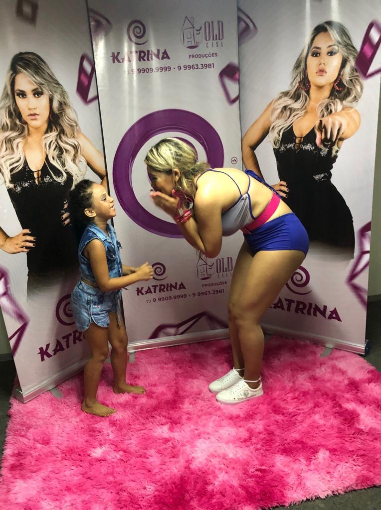 Katrina recebe fã mirim em show realizado no Carnaval de Mucuri