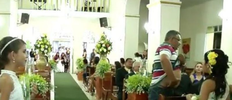 PÂNICO NA IGREJA: Homem baleia duas pessoas durante casamento; Veja vídeo 19