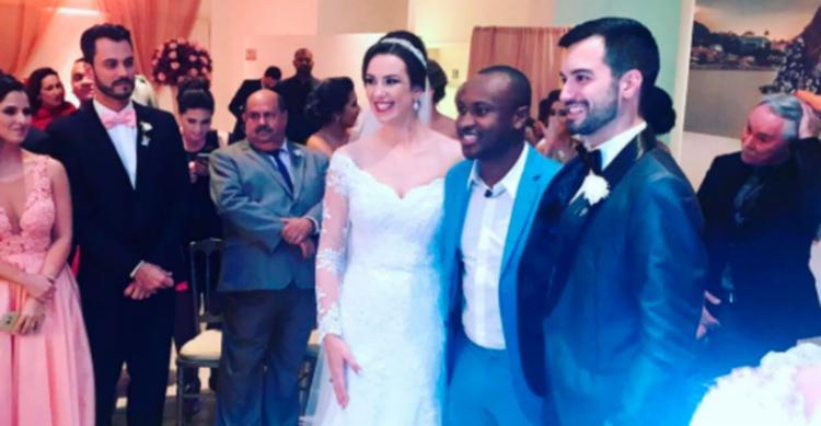 Thiaguinho 'invade' casamento de fãs para cantar 24