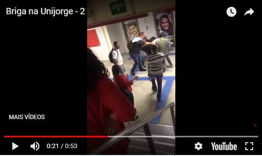 Em briga dentro de faculdade, estudante usa lixeira para agredir colega; veja vídeos 16
