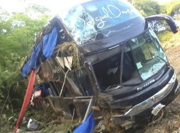 BR-101: ônibus do cantor Dorgival Dantas tomba; pista estava molhada 50
