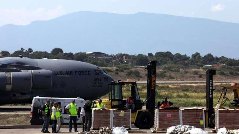 Maduro declara alerta militar, fecha fronteiras, mas perde apoio de coronel com posto na ONU 24