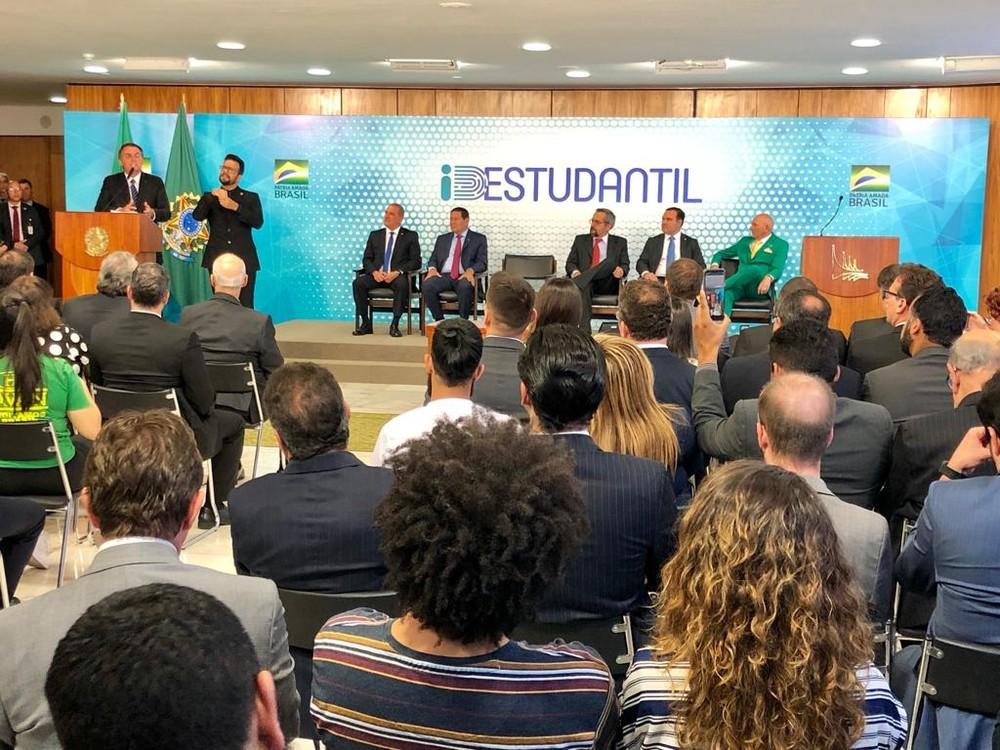 Bolsonaro assina MP que cria carteirinha estudantil digital, emitida pelo governo 1