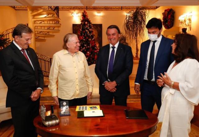 Bolsonaro visita Silvio Santos e entrega selo comemorativo de seus 90 anos 18