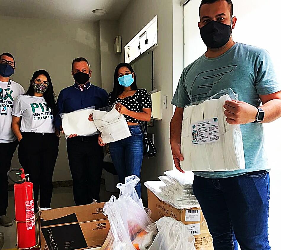 Sicoob/Eunápolis faz doação de 1200 máscaras e 600 aventais para uso dos profissionais de Saúde 18