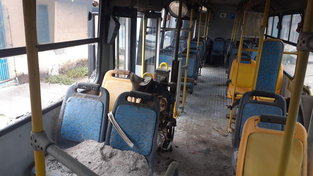 Eunápolis: Bandidos tocam fogo em ônibus no Rosa Neto - Incêndio foi combatido pela população 23