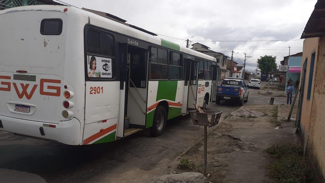 Eunápolis: Bandidos tocam fogo em ônibus no Rosa Neto - Incêndio foi combatido pela população 24