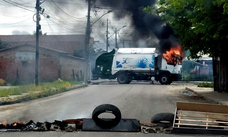 Ataque criminoso: Caminhão do Lixo é incendiado em Eunápolis 18