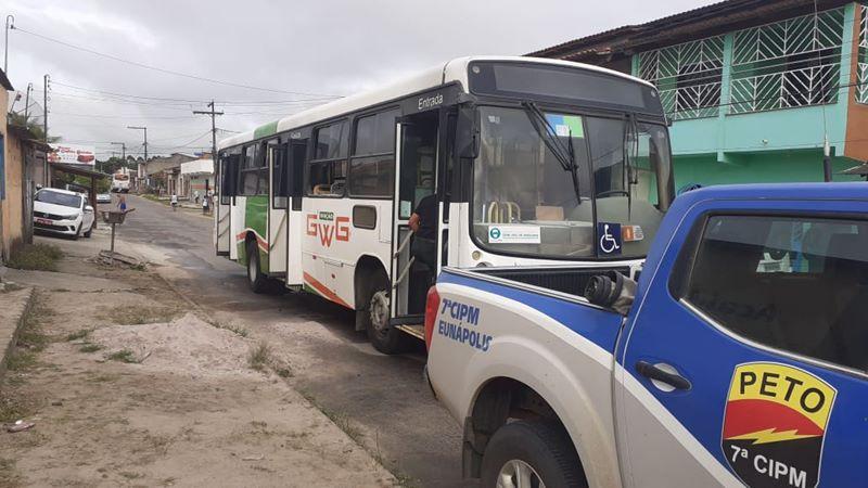 Eunápolis: Bandidos tocam fogo em ônibus no Rosa Neto - Incêndio foi combatido pela população 22