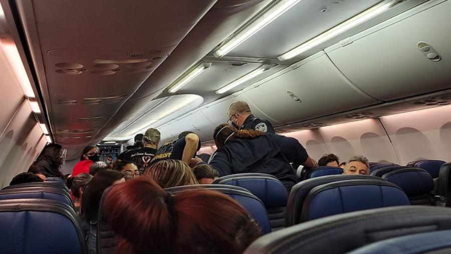 Passageiros se desesperam com morte de homem com suspeita de covid em voo 18
