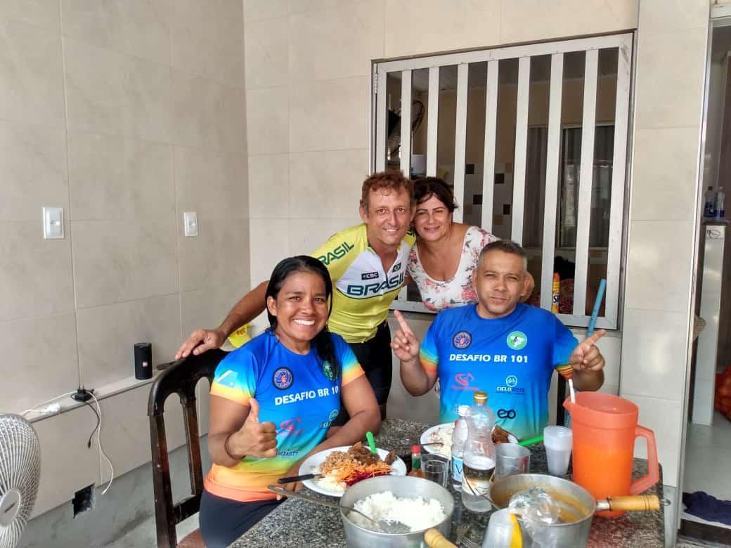 Casal vai pedalar quase 5 mil km da BR-101 para ajudar crianças carentes 25