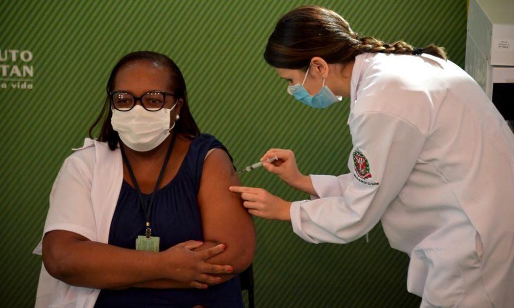 Covid-19: Mônica Calazans é a primeira pessoa a ser vacinada no Brasil 21
