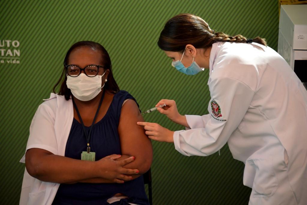 Covid-19: Mônica Calazans é a primeira pessoa a ser vacinada no Brasil 18