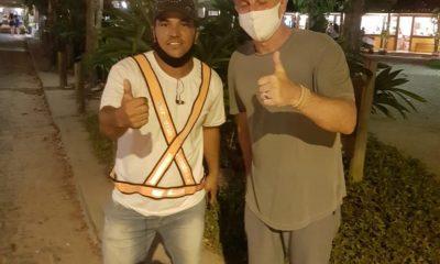 Luciano Huck distribui pizzas para agentes de trânsito em Trancoso, na Bahia 40