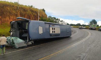 Ônibus tomba em cima de carro; motorista do veículo menor morre 74