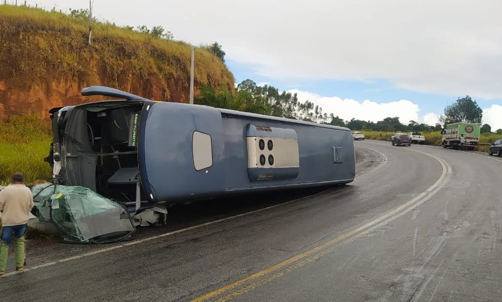 Ônibus tomba em cima de carro; motorista do veículo menor morre 20