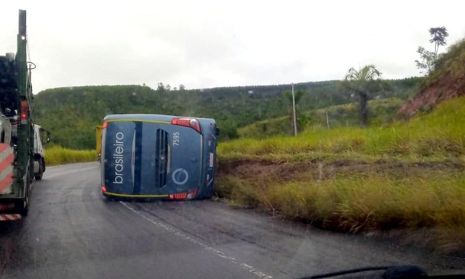 Ônibus tomba em cima de carro; motorista do veículo menor morre 21
