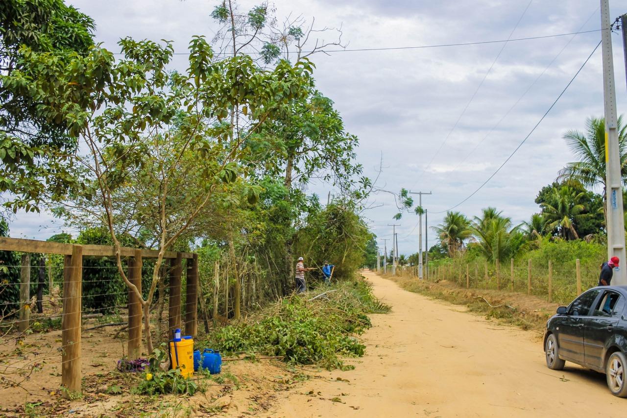 Estrada limpa e coleta regular de lixo no Ponto Maneca, distrito Colônia, em Eunápolis 25