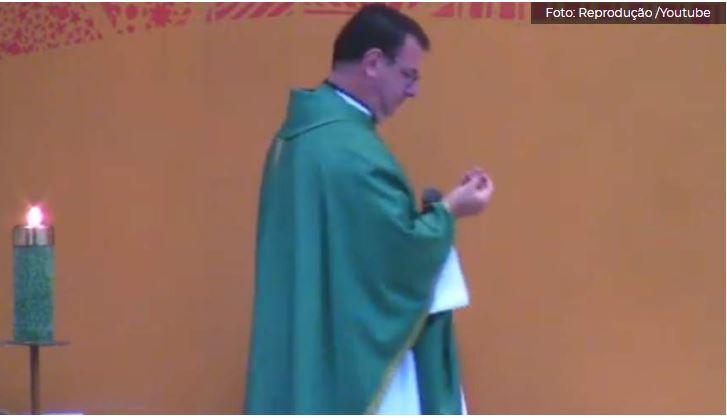VÍDEO: Bala perfura teto de igreja e cai aos pés do padre durante celebração de missa em Vitória 22