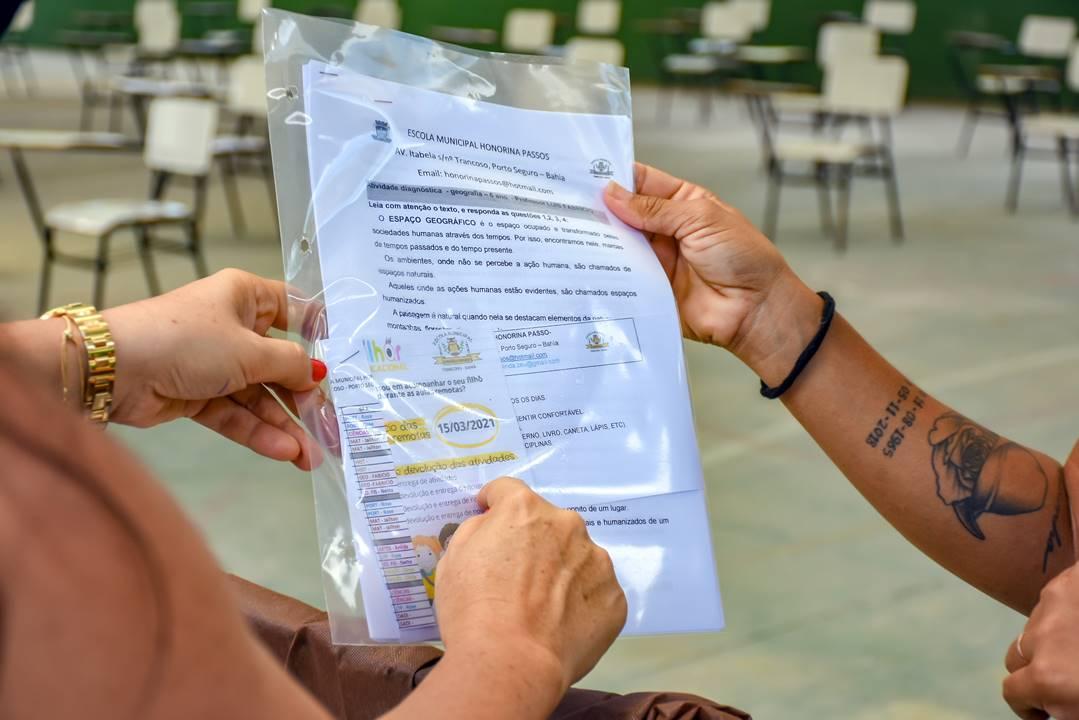 Porto Seguro: Educadores entregam kits escolares para pais e responsáveis 18