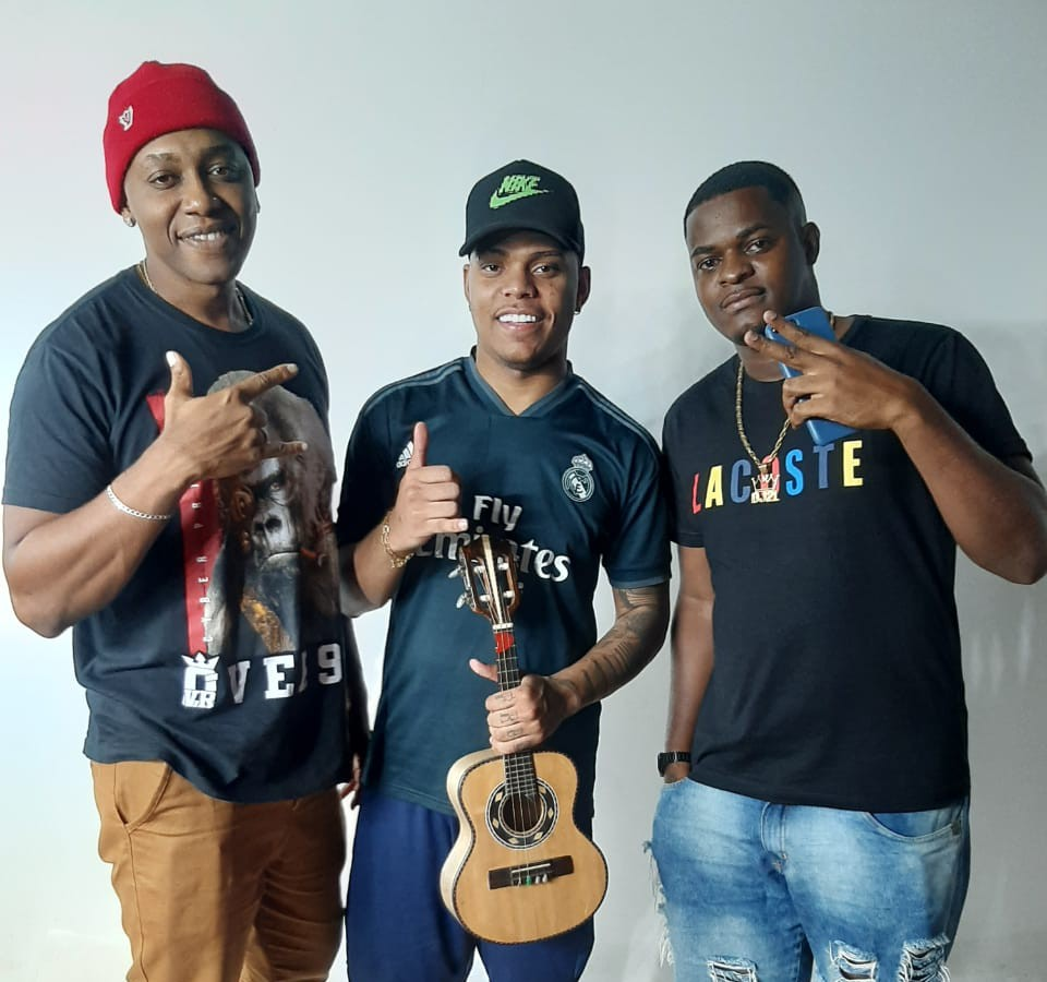 Sensação entre os virais da internet, DJ 2L da Rocinha e MC Frog se unem e lançam mais um hit. 18