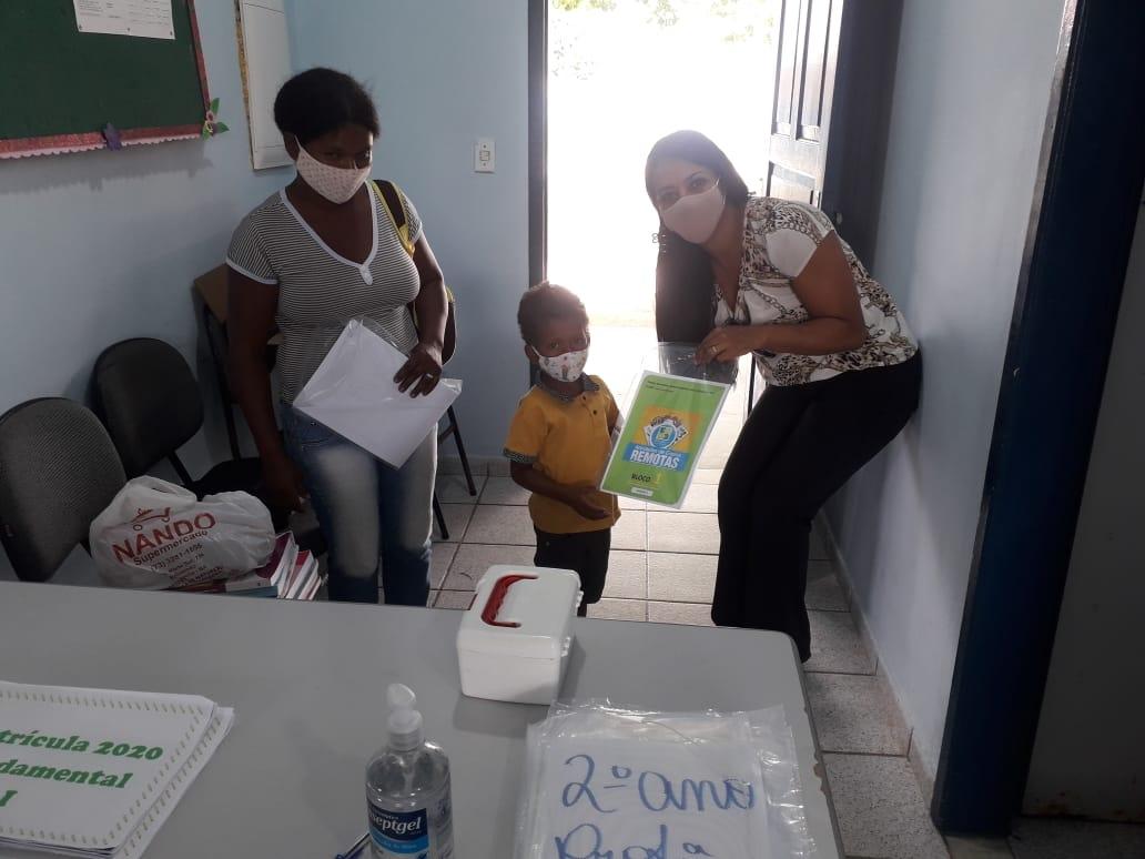 Atividades impressas começam a ser entregues aos alunos da rede municipal de ensino, em Eunápolis 22
