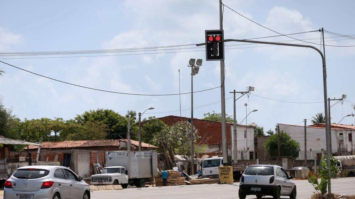 Nova lei de trânsito permite motoristas atravessarem o sinal vermelho; veja quando é possível 23