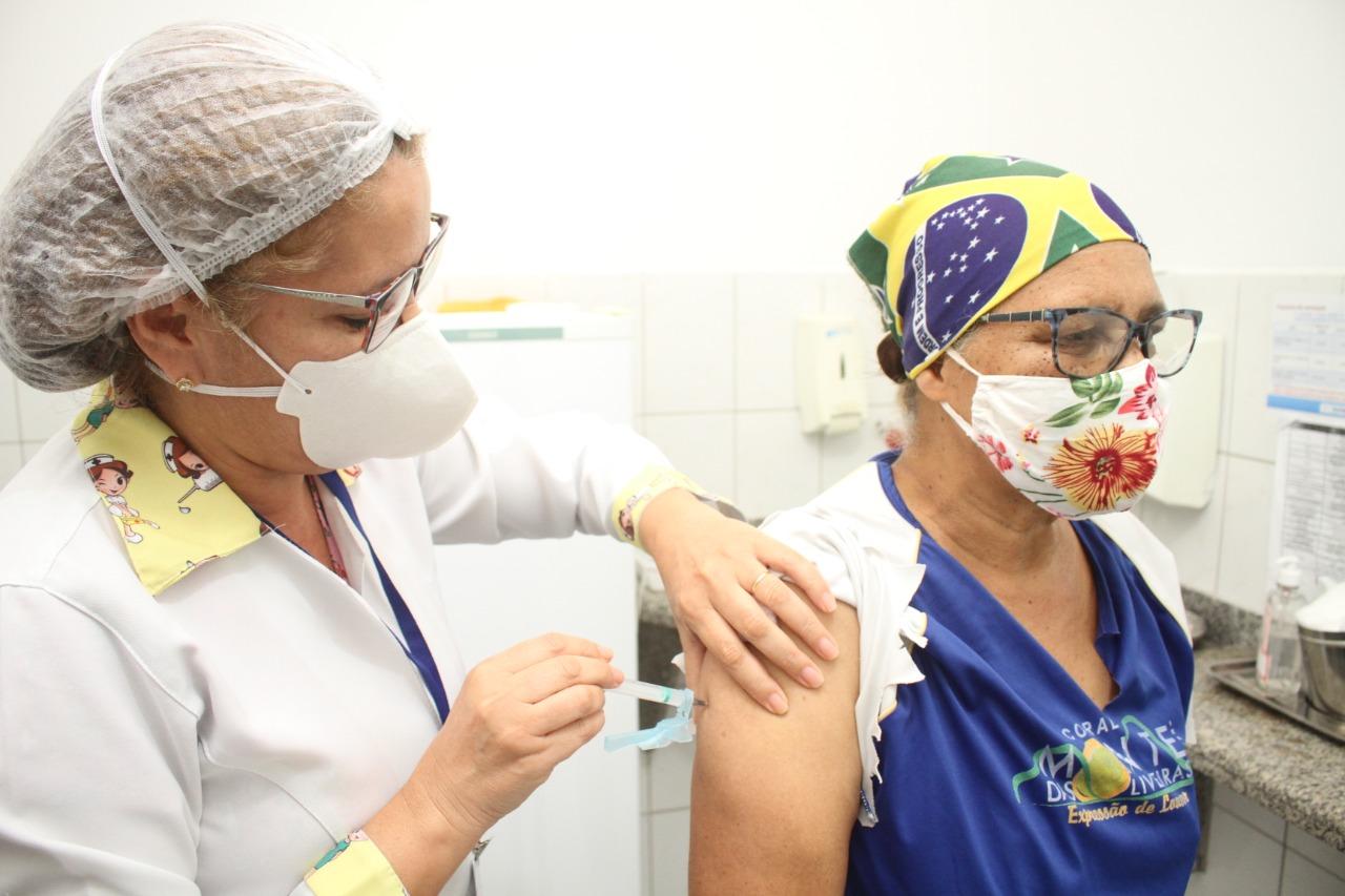 Segurança, agilidade e organização marcam sábado de vacinação dos idosos acima de 63 anos, em Eunápolis 29