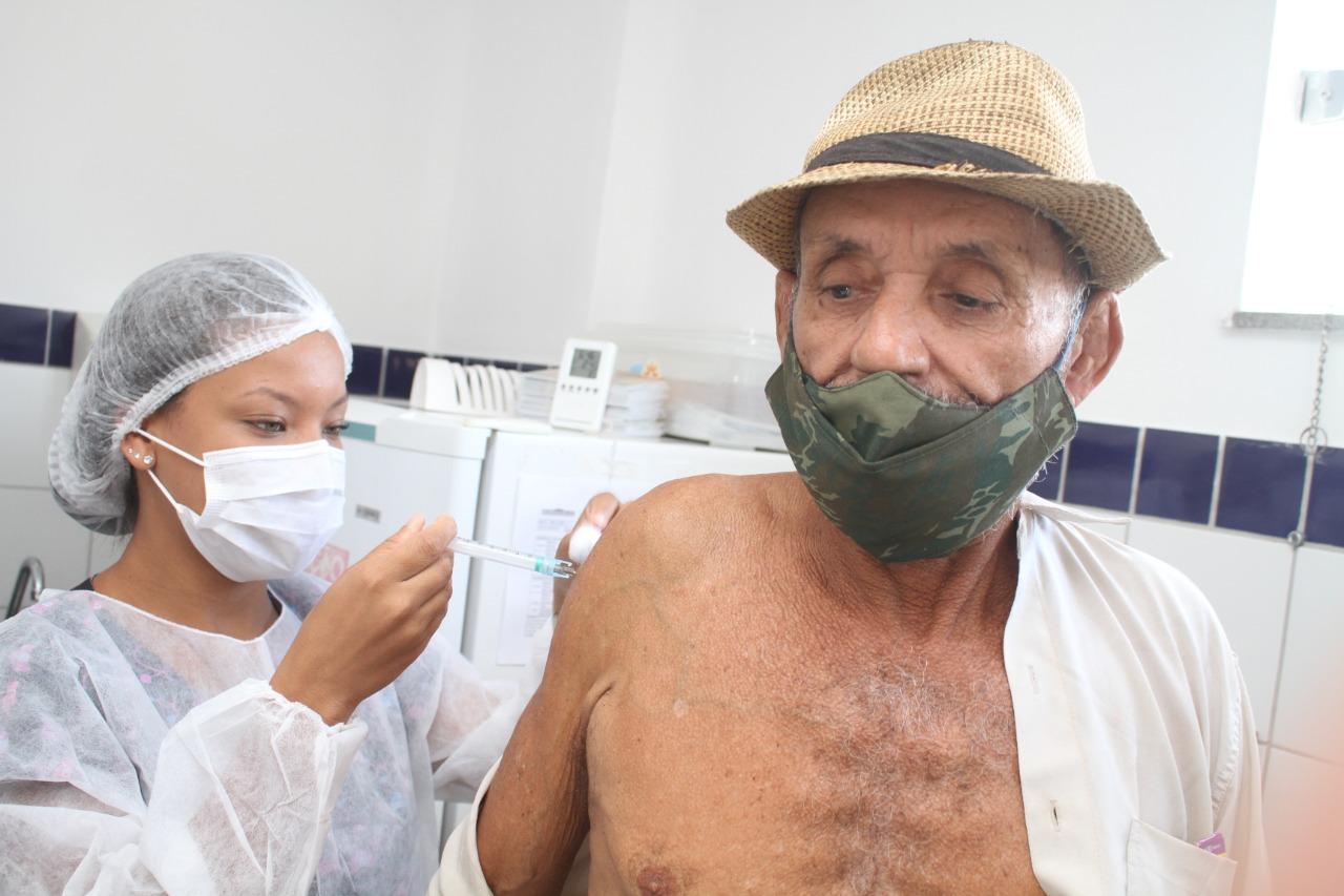 Segurança, agilidade e organização marcam sábado de vacinação dos idosos acima de 63 anos, em Eunápolis 27