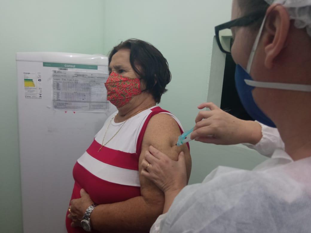 Em Eunápolis, clima tranquilo marca vacinação de idosos acima de 68 anos Seis unidades realizaram imunização hoje. Imunização continua amanhã, quinta-feira, dia 08 24