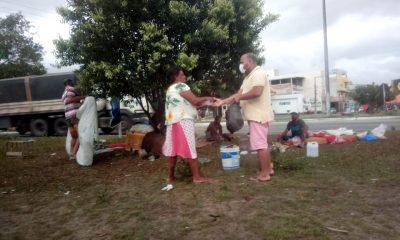 Vereador Adriano Cardoso é flagrado distribuindo marmitas a moradores de rua 16