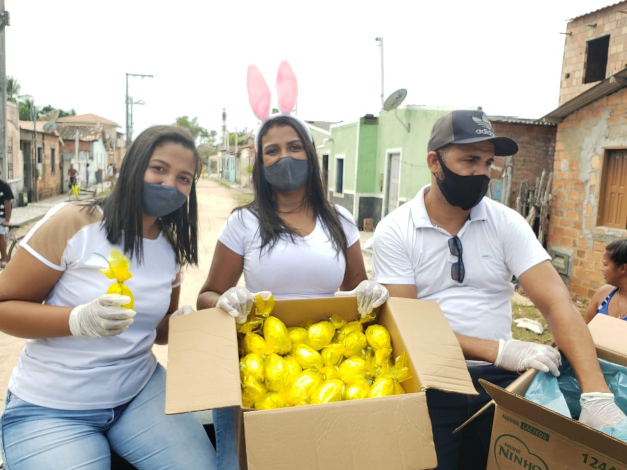 Cabelereiro distribui 1.000 ovos de páscoa para crianças carentes de Belmonte. 25