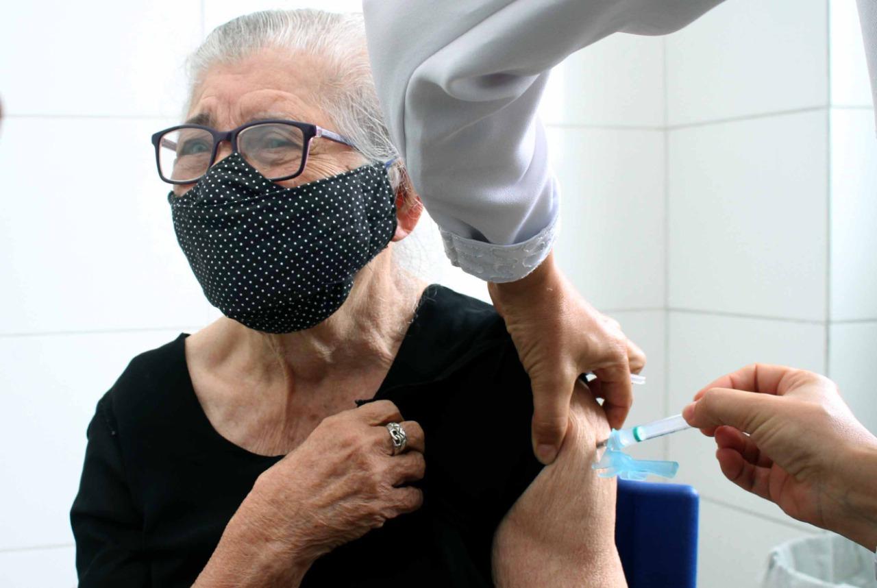Atenção, idosos acima de 67 anos, amanhã, sexta-feira, 09 de abril, tem vacinação contra Covid 24