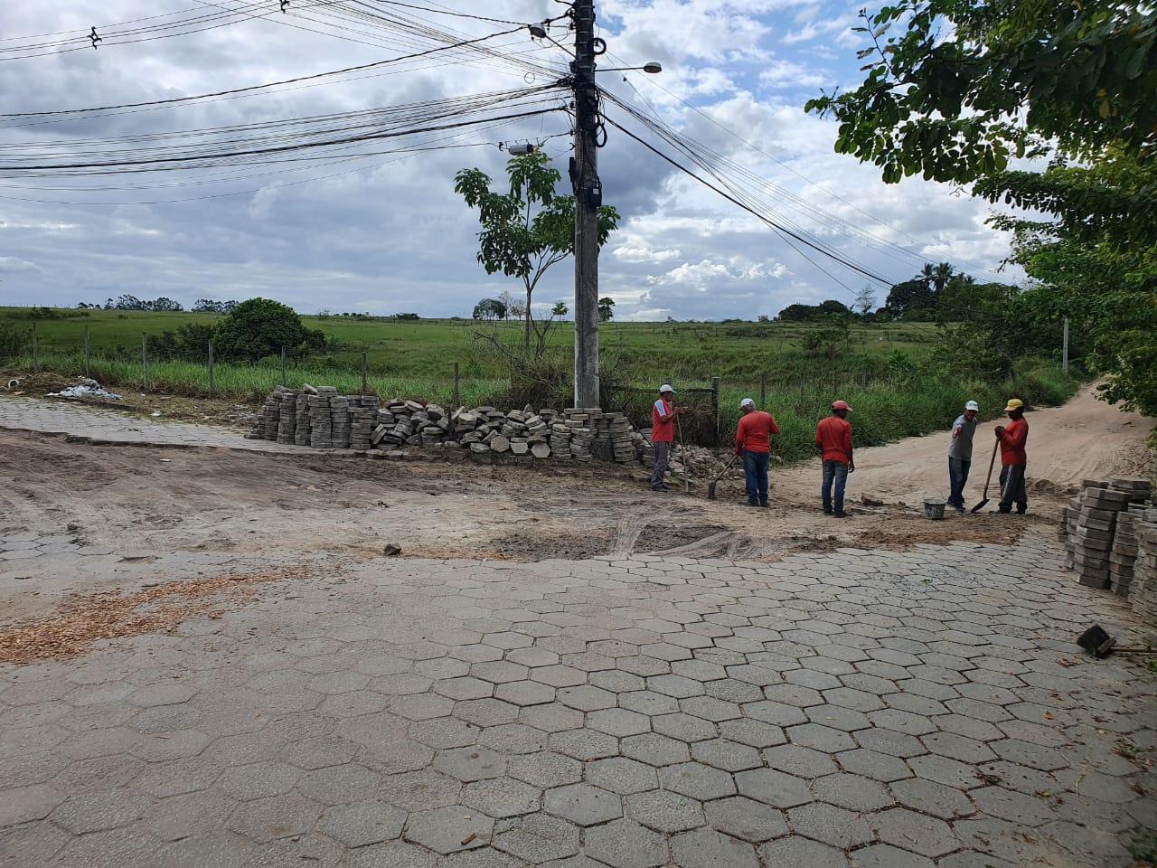 Prefeitura de Eunápolis recupera pavimentação no bairro Colonial. 20