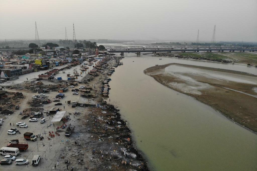 Dezenas de corpos de vítimas da Covid são jogados em rio na Índia após colapso 18