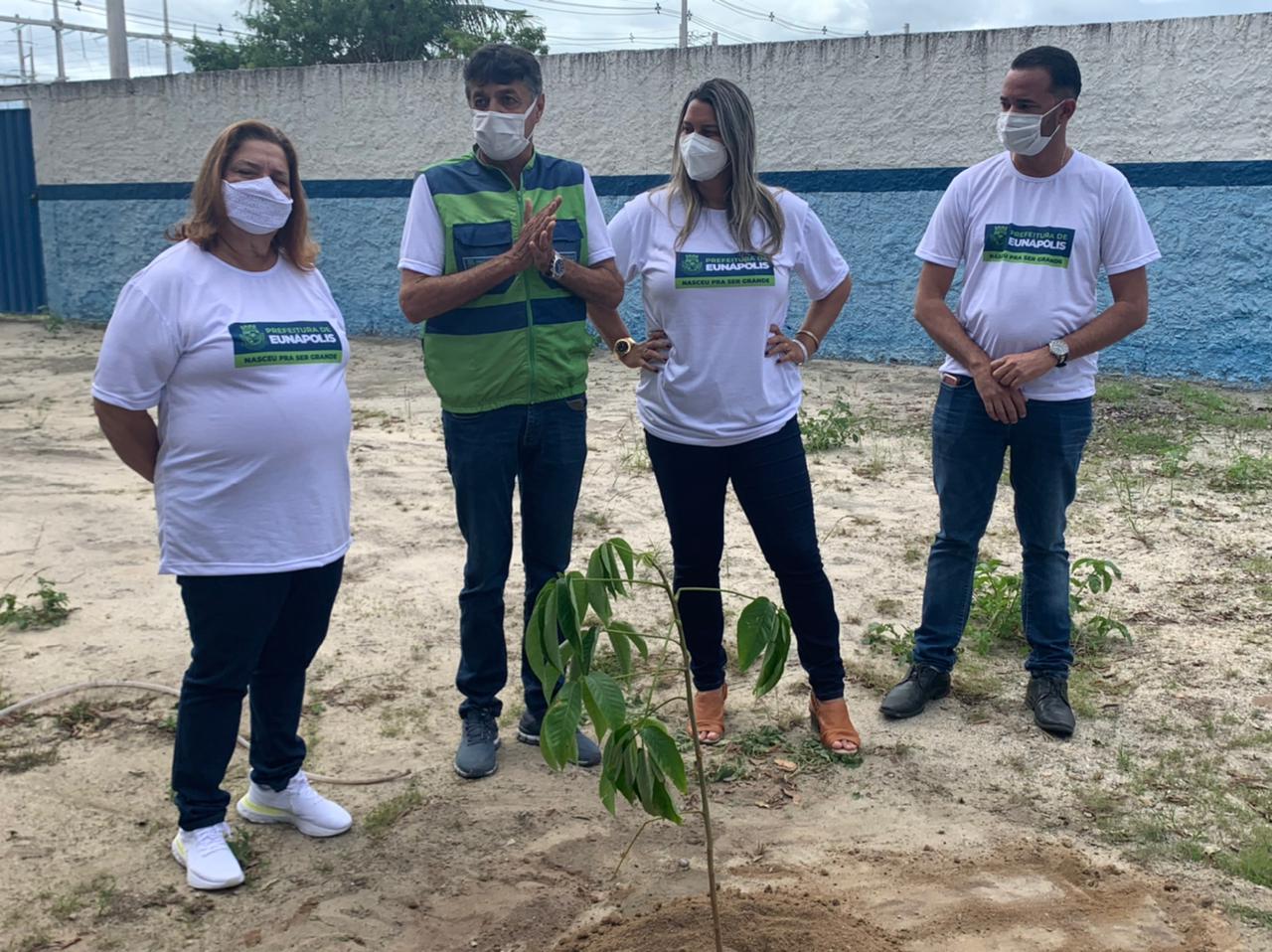 Eunápolis inicia plantio de mudas de árvores em escolas da rede municipal de ensino 24