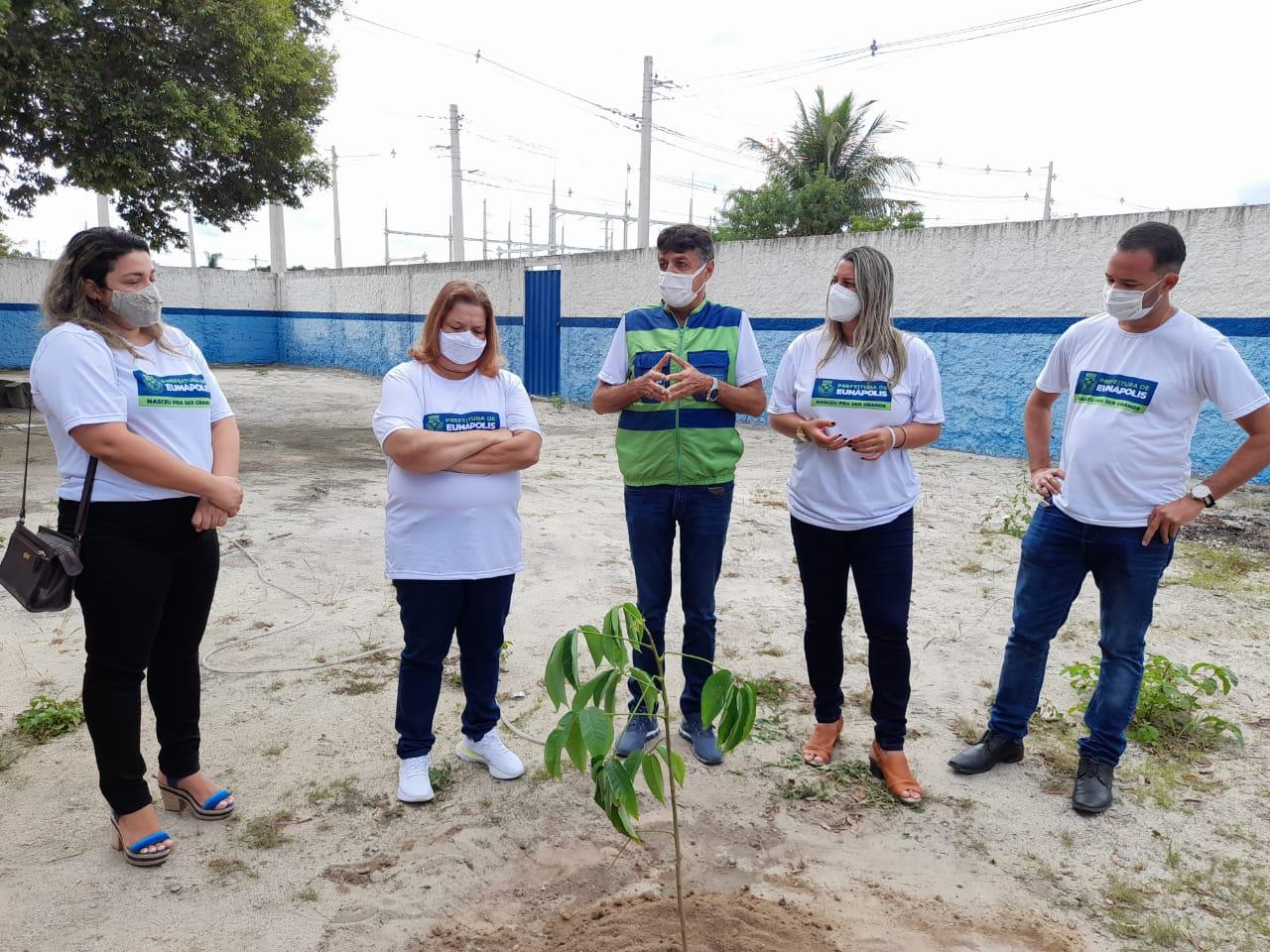 Eunápolis inicia plantio de mudas de árvores em escolas da rede municipal de ensino 23