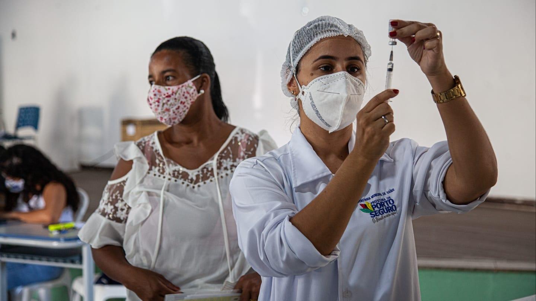 Vacinação atinge 87% dos profissionais da educação em Porto Seguro 22