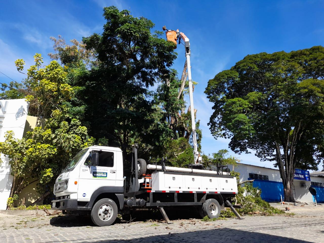 Prefeitura faz poda especial em árvores nas imediações do Hospital de Covid 25