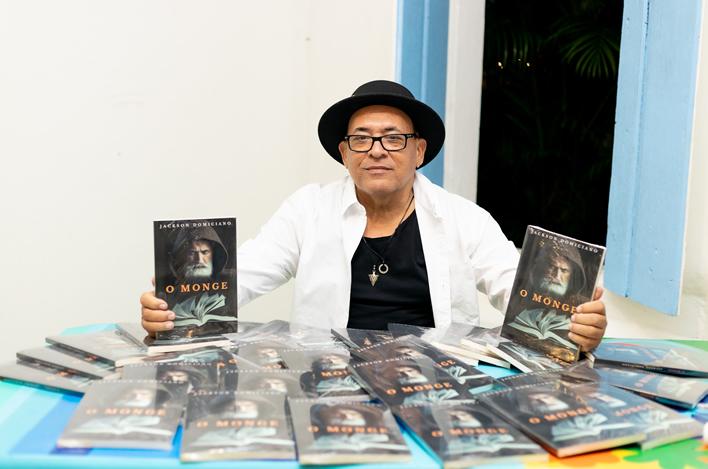 Emoção marca lançamento presencial do livro O Monge em Trancoso 20