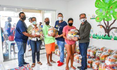 Mais de 500 famílias já foram beneficiadas com a distribuição de cestas básicas, realizadas pela Prefeitura de Porto Seguro 87