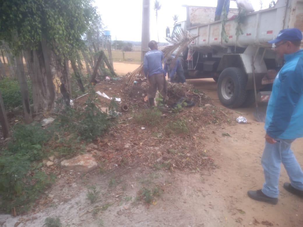 Mutirão de limpeza contra o Aedes Aegypti recolhe lixo no distrito da Colônia 17