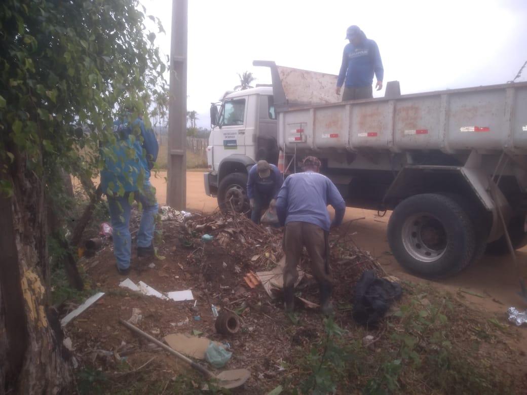 Mutirão de limpeza contra o Aedes Aegypti recolhe lixo no distrito da Colônia 18