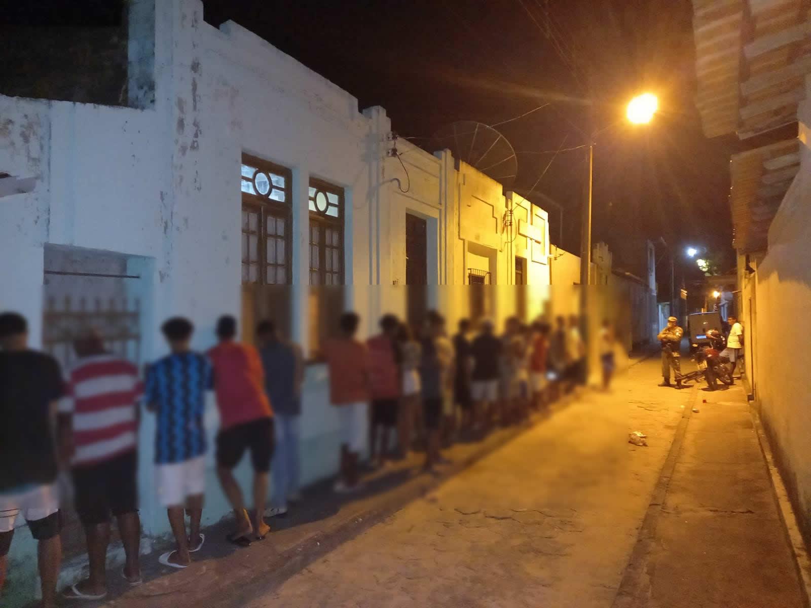 Polícia Militar acaba com festa clandestina no Centro de Belmonte. 23